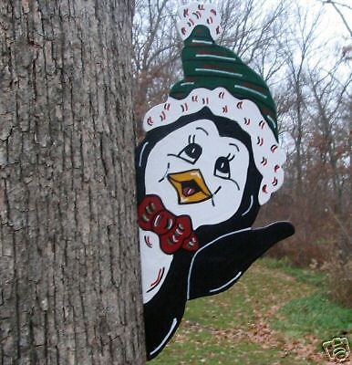 Pinguim Escondido atrás da Árvore Artesanal