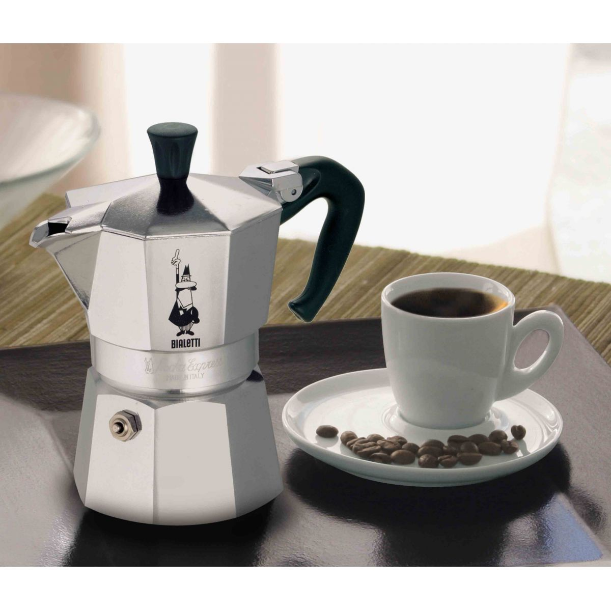 Cafeteira Bialetti Nuova Moka Express 3 Xícaras produz café tipo expresso em minutos