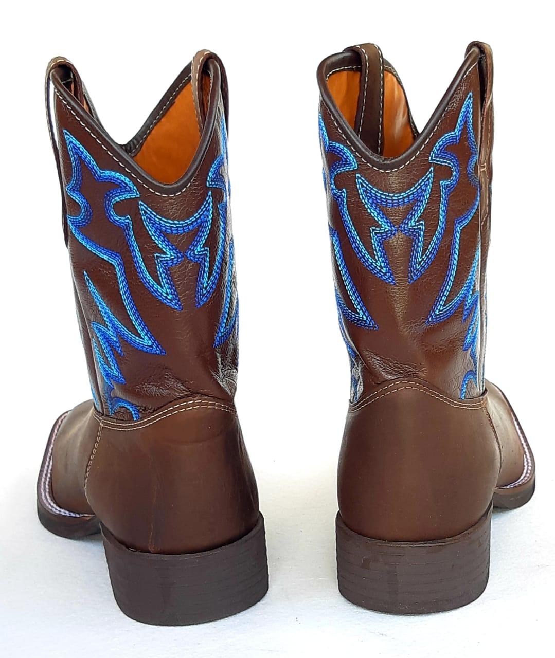 3ad100563e ... Bota Texana cano médio - Marrom com bordado azul - GURIAN COMPANY ...