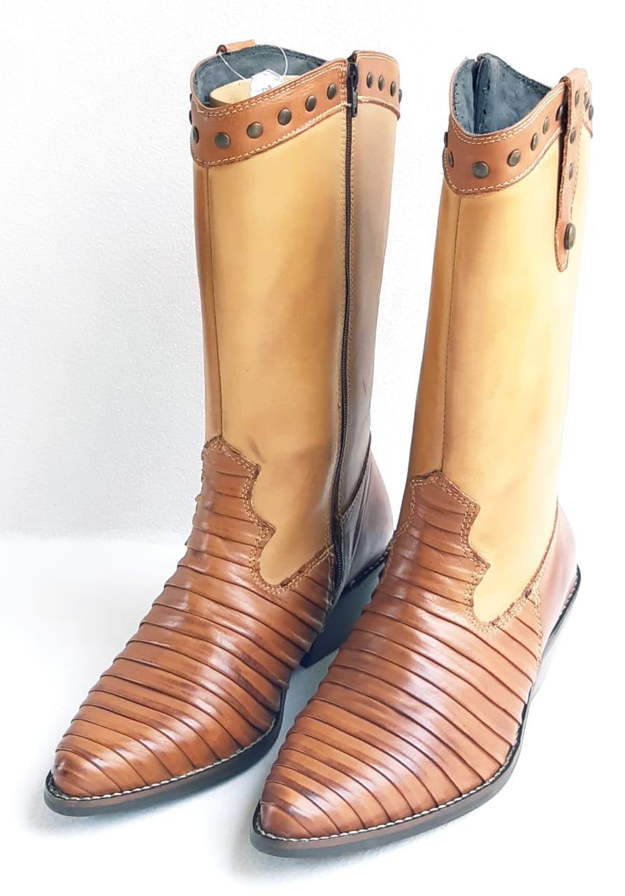 8d3483b87af Bota Texana Feminina bico fino com rebites no cano - Whisky - GURIAN  COMPANY ...