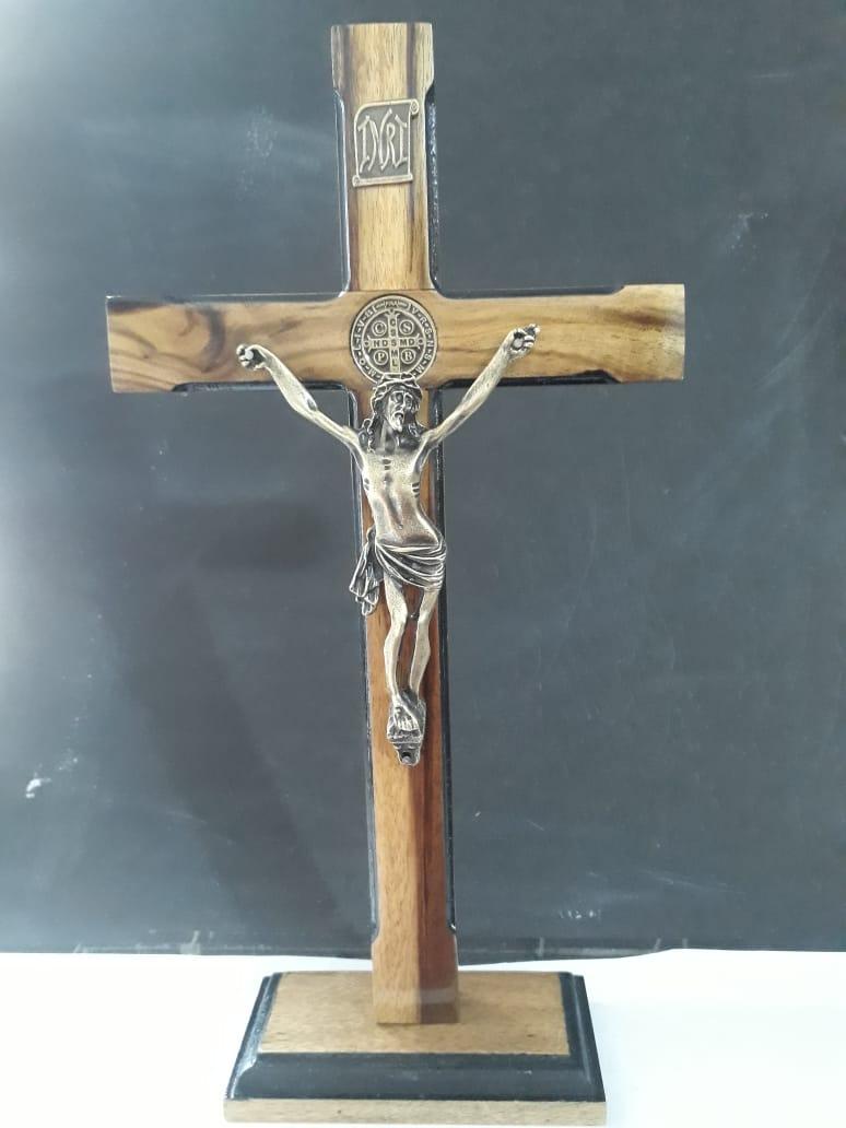 CX20 - Crucifixo Madeira Med. São Bento Contorno 35cm c/ Base  - VindVedShop - Distribuidora Catolica