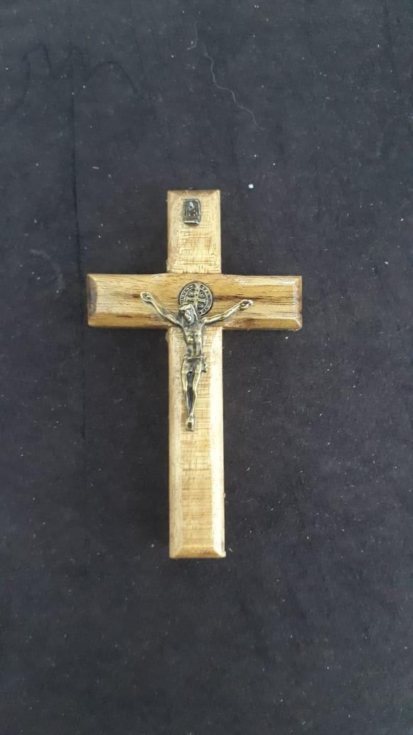CX31 - Crucifixo Madeira 8cm Med. São Bento Parede c/ Adesivo  - VindVedShop - Distribuidora Catolica