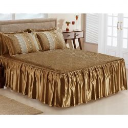 Colcha Casal Queen Roma 03 Peças Tecido Cetim com Porta Travesseiro com Detalhe em Guipir - Ouro Velho