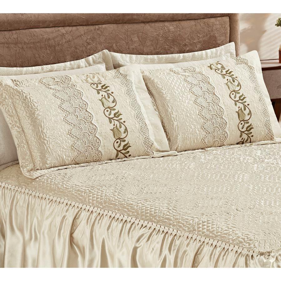 Colcha Casal Queen Roma 03 Peças Tecido Cetim com Porta Travesseiro com Detalhe em Guipir - Palha