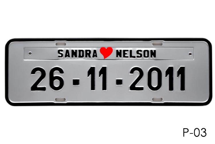 Placa de Carro Personalizada para Casamento - Noivos - Prensada Prateada, letras pretas P03