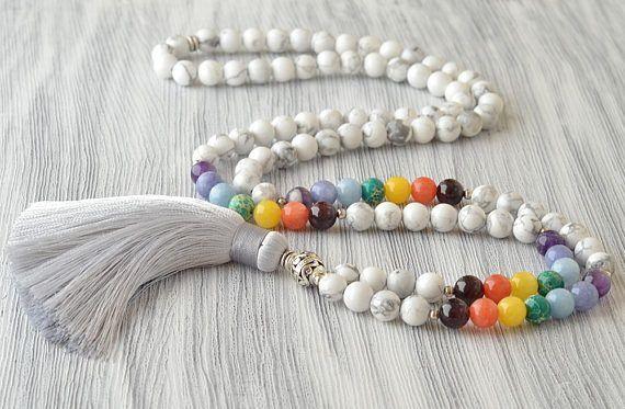 Colar em pedras brancas 8mm  intercalado com pedras das cores dos chakras pingente em fios de seda branco 88cm
