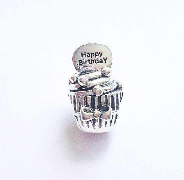 BOLO / CUPCAKE HAPPY BIRTHDAY, FELIZ ANIVERSÁRIO, BERLOQUE PRATA.