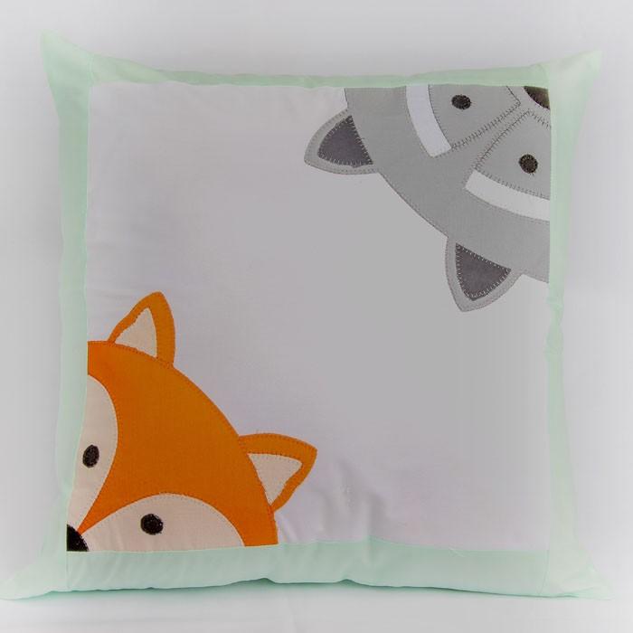 Almofada decorativa raposa c/ guaxinim   - Gatinhando Quarto dos Sonhos