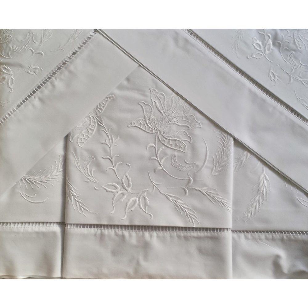 Roupa de Cama Bordada Bordado Rosa Cor Branco  - Helô Reis