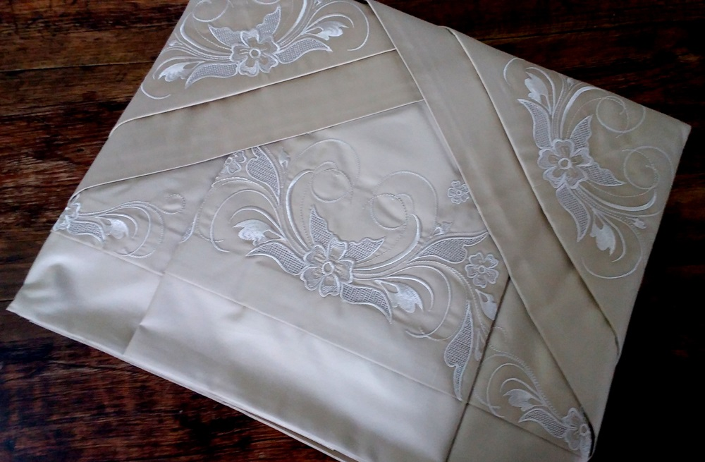 Roupa de Cama 500 fios Crivo Cuore Antigo savana/ branco  - Helô Reis Store