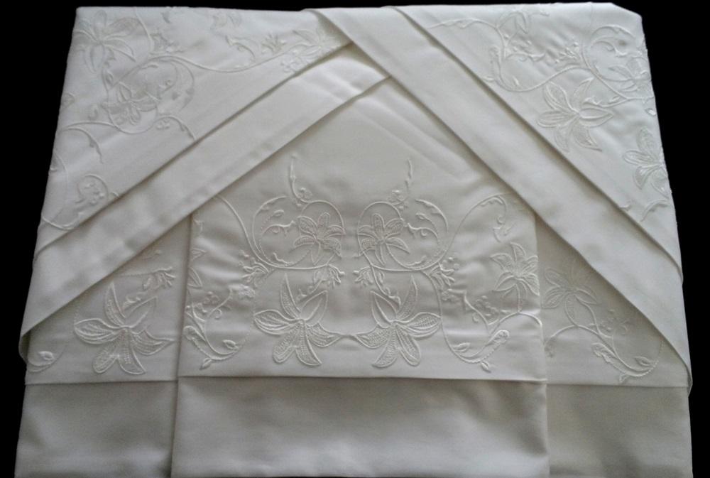 Roupa de Cama 500 fios Bordado Lírio Cor Branco  - Helô Reis