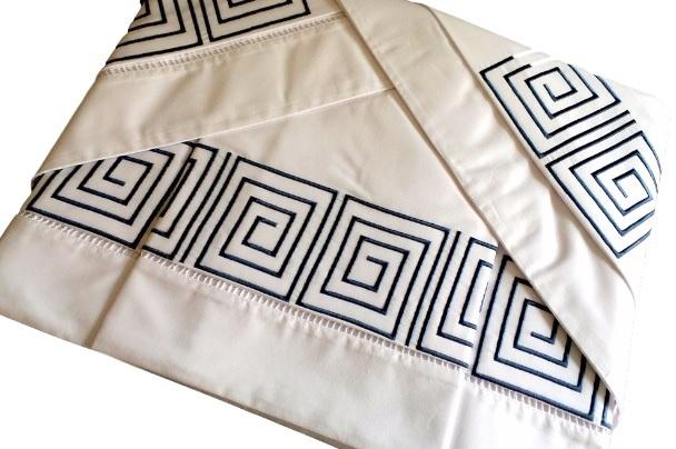Roupa de Cama Bordado Labirinto Cor Branco/Azul Marinho  - Helô Reis