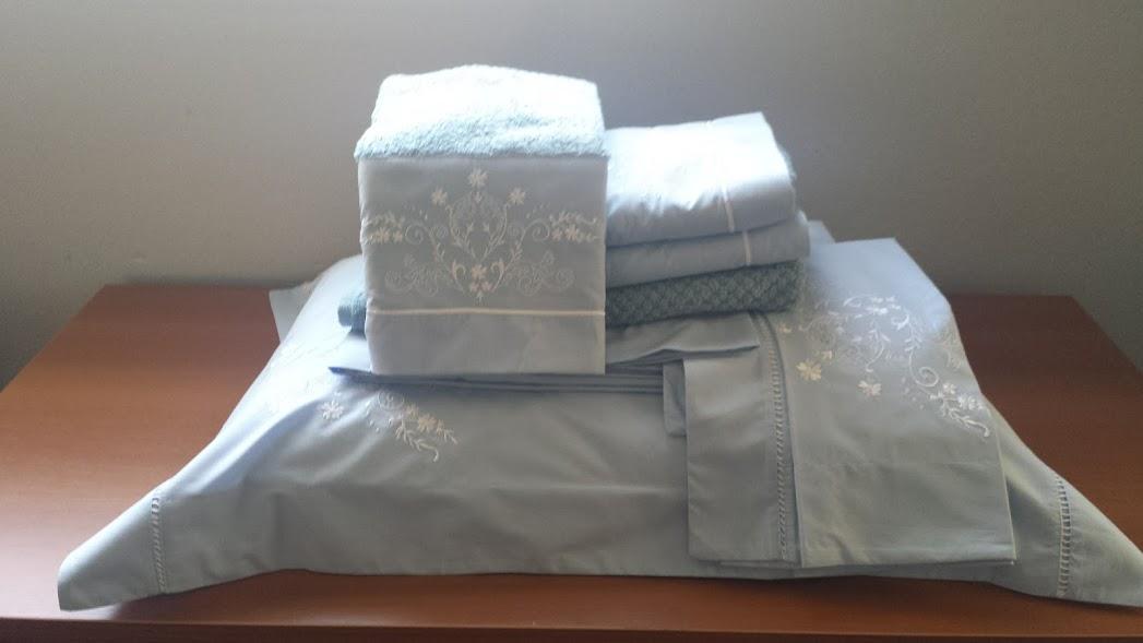 Kit Roupa De Cama  e Jogo de banho 9 peças Bordada Bordado Bud Cor Azul Bordado Branco Percal 250 fios   - Helô Reis