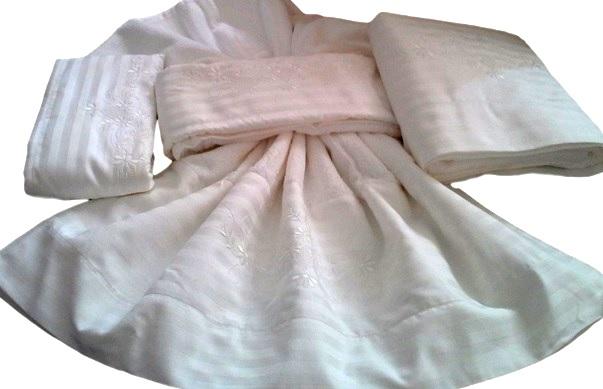 Jogo de Banho 500 fios Adamascado Bordado Bilro Cor Branco/Branco Jogo 3 Peças   - Helô Reis