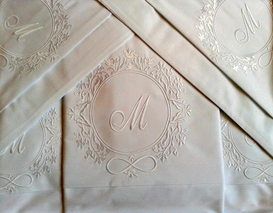 Roupa de Cama 800 Fios Bordado Brasão com Inicial Cor Branco  - Helô Reis Store