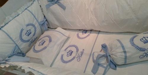 Kit de Berço 15 Peças Bordado Com Brasão e Nome Cor Branco/Azul  - Helô Reis