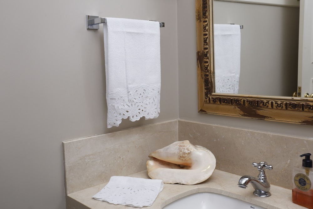 Toalha de Lavabo Richelieu Cor Branco/Branco M/P  - Helô Reis Store