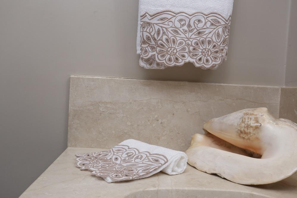 Toalha de Lavabo Richelieu Cor Branco/Bege M/P  - Helô Reis Store