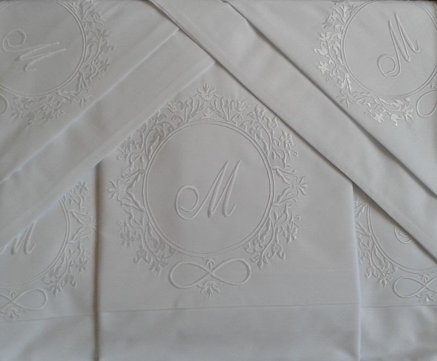 Roupa de Cama Com Bordado Brasão Cor Branco Branco - Mande seu Brasão que Bordamos Para Você  - Helô Reis Store