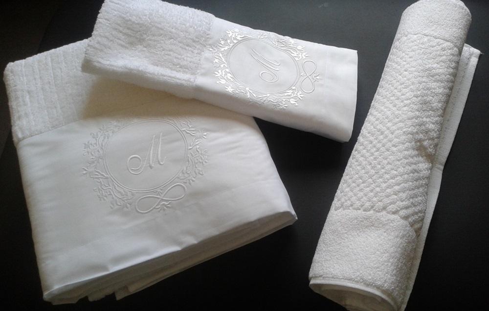 Jogo de Banho Com Bordado Brasão Cor Branco Branco 5 Peças - Mande seu Brasão que Bordamos Para Você  - Helô Reis Store