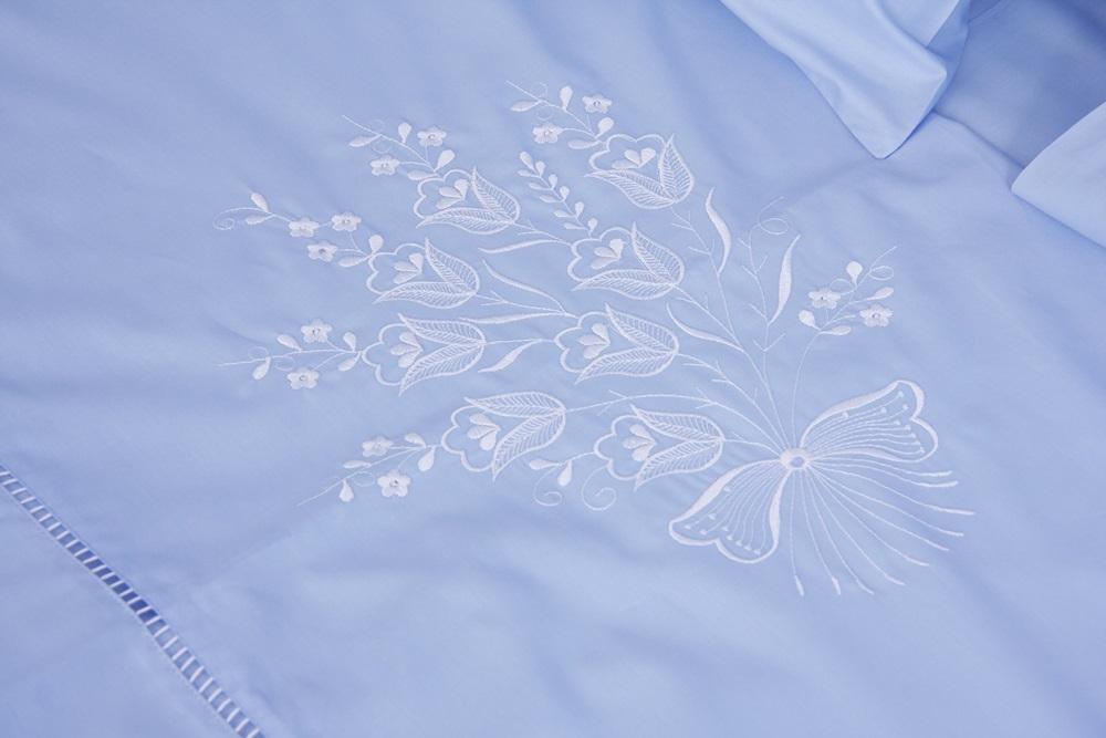 Roupa de Cama Bordado Lírio Cor Azul/Branco  - Helô Reis