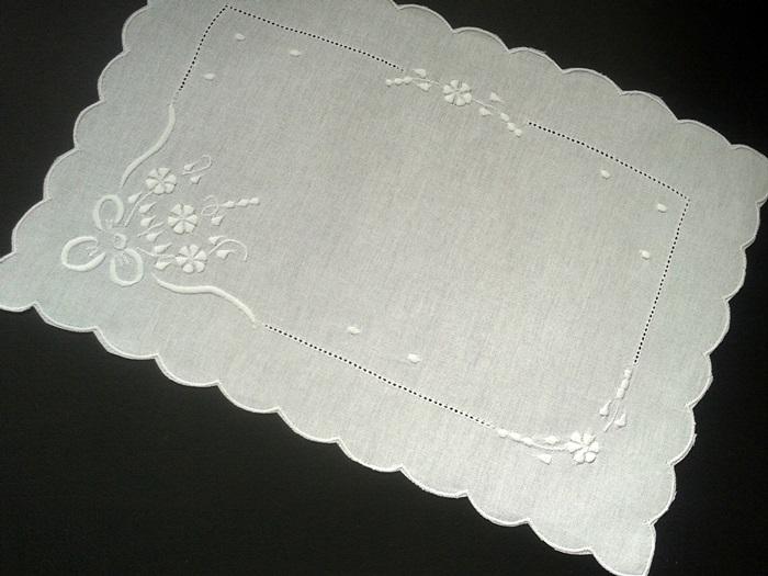 Paninho de Bandeja Bordado Buquê 1 Branco  - Helô Reis