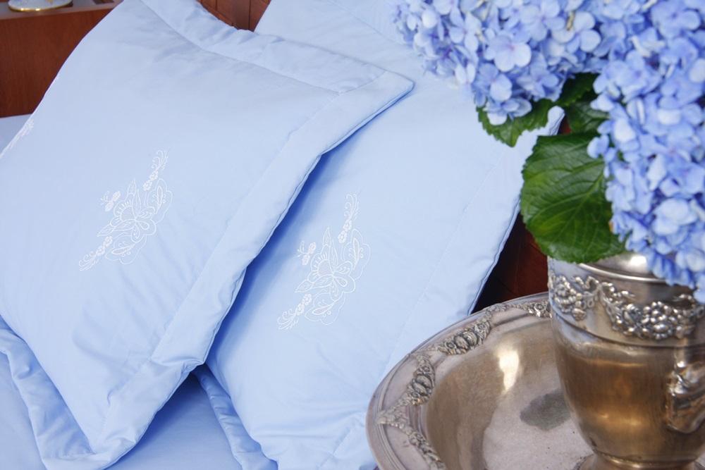 Cobre Leito Bordado Português cor Azul/Branco  - Helô Reis