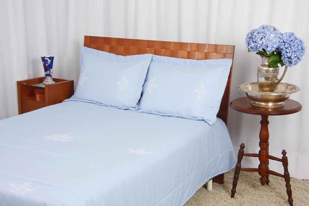 Cobre Leito Bordado Português cor Azul/Branco  - Helô Reis Store