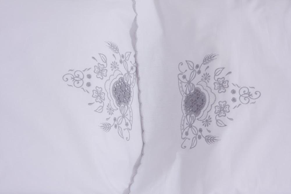 Cobre Leito Com Estola Bordado Richelieu com Crivo Cor Branco/Prata  - Helô Reis Store