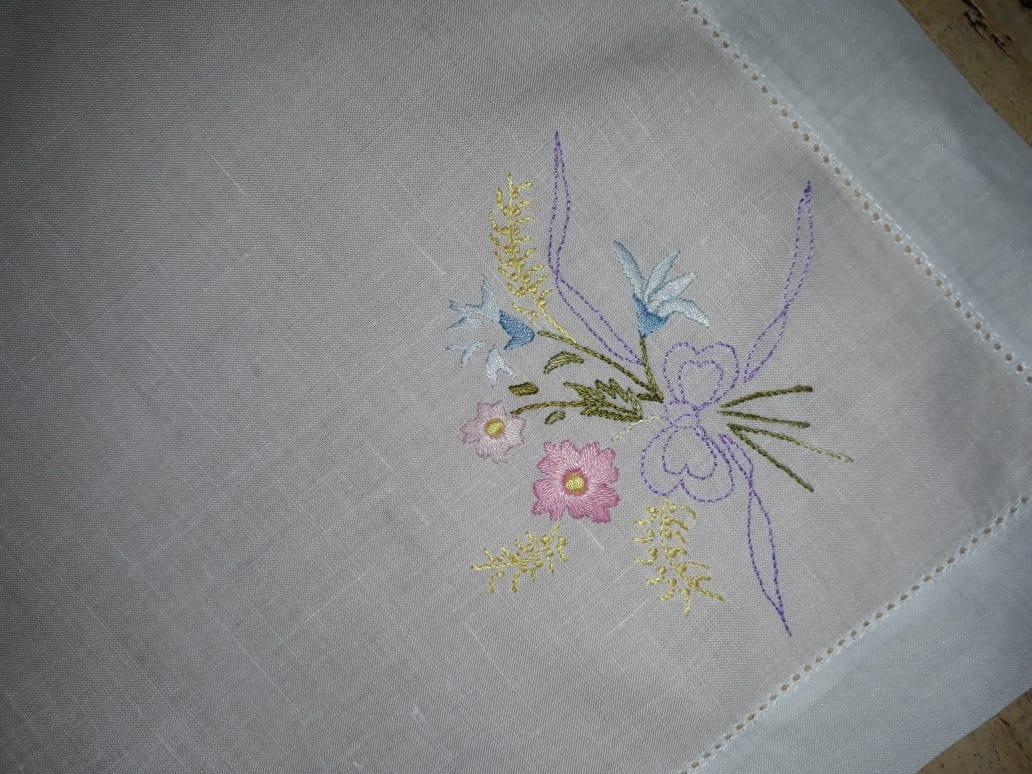 Guardanapo bordado a mão Flores no Linho Ponto Ajour  - Helô Reis Store