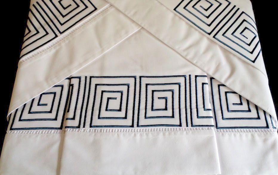 Suíte 250 fios Labirinto branco/azul marinho  - Helô Reis Store