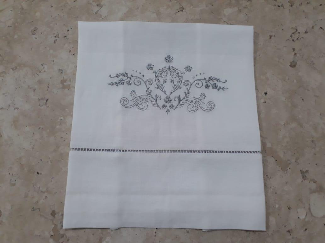 Toalha de Lavabo em Cambraia de linho bordado Bud prata kit   - Helô Reis Store