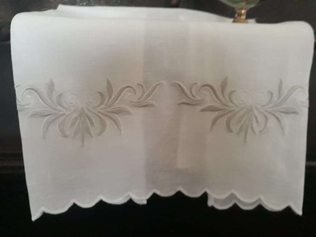 Toalha de Lavabo em Cambraia de linho bordado  Crivo Coure Antigo  - Helô Reis Store