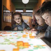 Jogos heurísticos, bandejas sensoriais e artes crianças pequenas