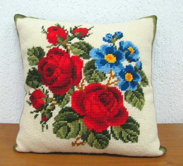 Almofada Rosas Vermelhas e Flores Azuis  - Conceição Spinola Tapeçaria