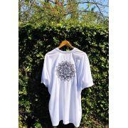 Camiseta Unisex Branca BORDADO MANDALA PRETA Fio 30 Premium 100% Algodão
