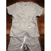 Scrub Anatomys UNISEX CONJUNTO CINZA Camisa com ajuste para acinturar Atras e Cordão BRANCO para Calça Tecido 100% Poliéster
