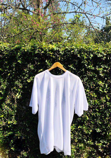 Camiseta Unisex Branca BORDADO FLOR VERMELHA E VERDE Fio 30 Premium 100% Algodão