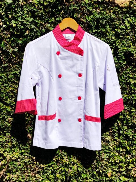 Conjunto  Dólmã Mary Feminina Acinturado BRANCA com detalhe Poá Pink Avental Poá Pink e Head Band Poá Pink Sarja Leve 100% algodão  com  botões Pink