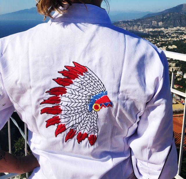 Dólmã Cecília Feminino Acinturado BRANCO INDIAN COCAR AZUL E VERMELHO com vivo e botões PRETOS Sarja Leve 100% algodão