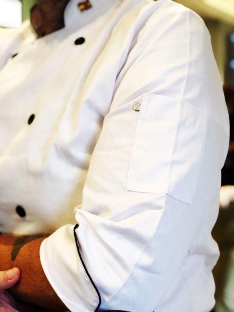 Dólmã Clássico Unissex BRANCO SKULL INDIAN COCAR VERMELHO E AMARELO BANDEIRA BRASIL GOLA  com vivo e botões PRETOS 100% Algodão manga 3/4
