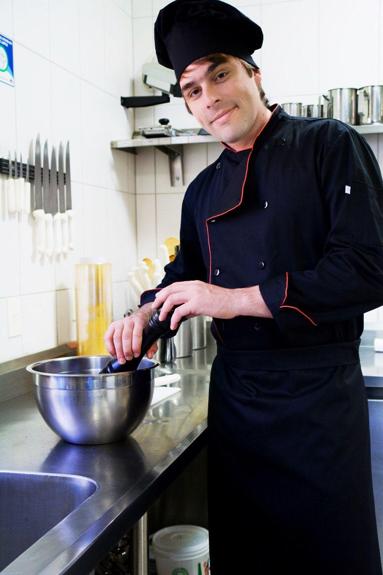 Conjunto Dólmã 100% algodão PRETA VIVO VERMELHO BOTAO PRETO  + avental 4 Frentes PRETO 100%algodão + Calça com elástico total PRETA + chapéu Chef