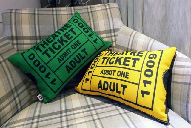 Capa de Almofada Theatre Ticket Amarela Cosi Dimora