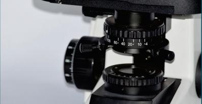 Microscópio Biológico Trinocular de Ótica Finita Acromático