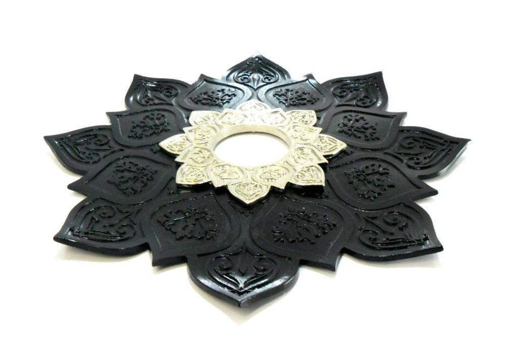 Prato luxo 23cm. Athenas. Em metal maciço, inox e decorado com flor de lótus em alto relevo. Cor Preto.