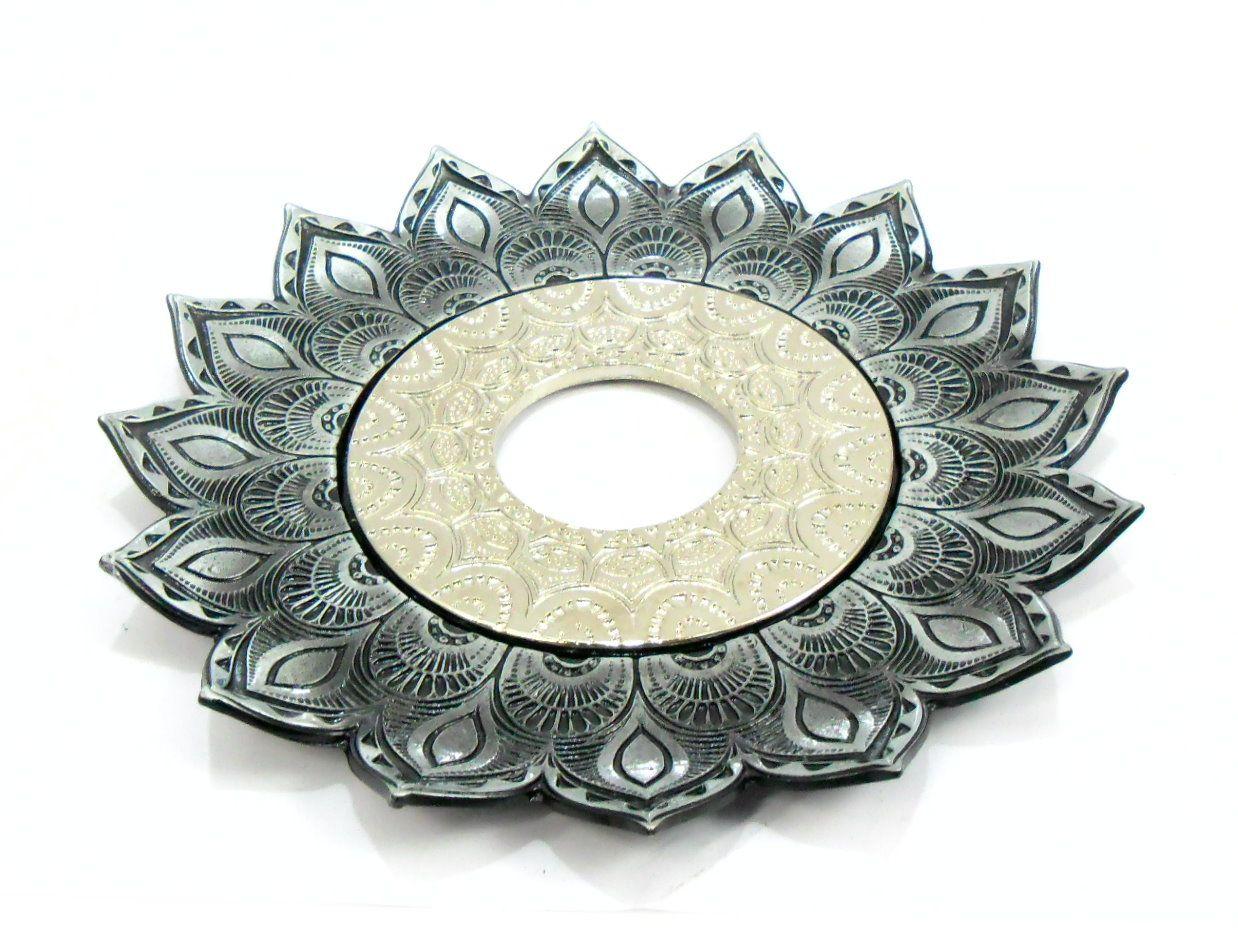 Prato para narguile mod. Artemis 17cm diâm. Em liga metálica inox e decorado. PRETO ESCOVADO. Centro Prata