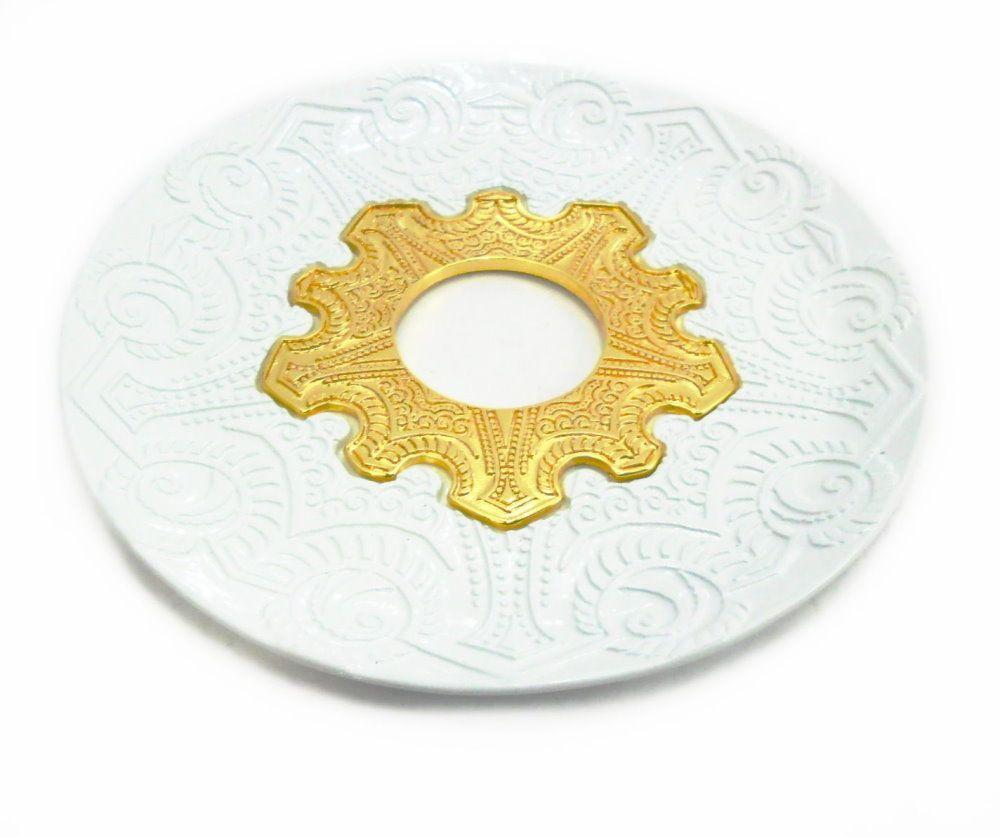 Prato para narguile modelo Vennus 17cm de diâmetro. Liga metálica inox e decorado. BRANCO. Centro Dourado
