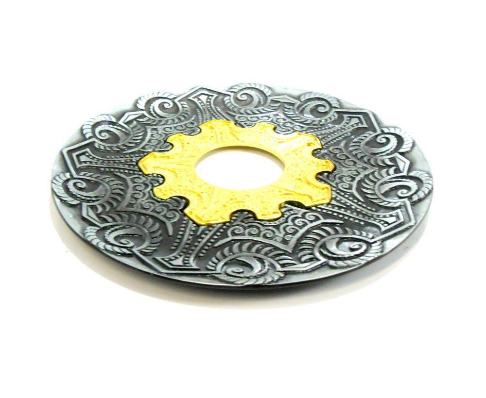 Prato para narguile modelo Vennus 17cm de diâmetro. Liga metálica inox e decorado. PRETO ESCOVADO. Centro Dourado