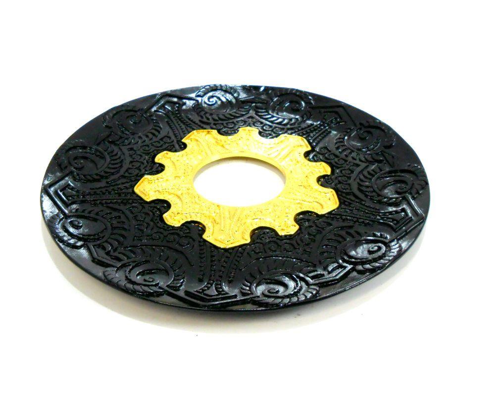 Prato para narguile Vennus 17cm de diâmetro. Liga metálica inox e decorado. PRETO centro DOURADO.