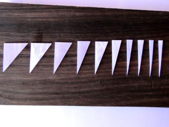 """Marcações (dots) para braço """"Dente de tubarão"""" (Padrão 1) - Acrílico branco perolado (2mm) (Pacote com 10 un)  - Luthieria Brasil"""